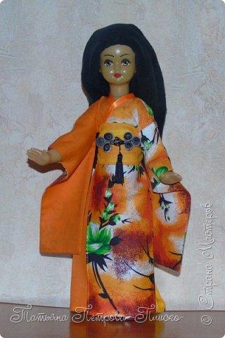 Всем привет! Запрыгивая в последний вагон уходящего поезда, представляю Вам свою конкурсную работу - девочку в японском национальном костюме. Кимоно напоминает собой Т-образный халат. Его длина может варьироваться. Одежда закрепляется на теле поясом оби, который расположен на талии. Вместо европейских пуговиц используют ремешки и бечёвки. Характерной чертой кимоно являются рукава содэ, которые обычно намного шире толщины руки. Они имеют мешкообразную форму. фото 1