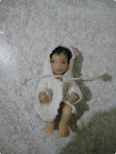 Здравствуйте, уважаемые мастера и мастерицы, представляю Вашему вниманию свою конкурсную работу - малыша в коляске, у которого есть любимые игрушки - мишутка и погремушка. Малыш слеплен из полимерной глины, а коляска сшита из ткани, на проволочном каркасе с подвижными колесиками. Этот мальчик с пальчик имеет росточек небольшой - около 53 мм. В своем юном, 4-месячном возрасте мальчик любит играть в погремушки, сосать соску, а также сжимать ручки в кулачки. А самая лучшая и самая любимая для него игрушка - это плюшевый медвежонок Тэдди, которого он берет с собой  в коляску на прогулку. фото 14