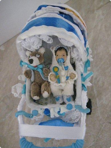 Здравствуйте, уважаемые мастера и мастерицы, представляю Вашему вниманию свою конкурсную работу - малыша в коляске, у которого есть любимые игрушки - мишутка и погремушка. Малыш слеплен из полимерной глины, а коляска сшита из ткани, на проволочном каркасе с подвижными колесиками. Этот мальчик с пальчик имеет росточек небольшой - около 53 мм. В своем юном, 4-месячном возрасте мальчик любит играть в погремушки, сосать соску, а также сжимать ручки в кулачки. А самая лучшая и самая любимая для него игрушка - это плюшевый медвежонок Тэдди, которого он берет с собой  в коляску на прогулку. фото 1