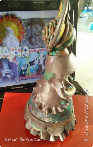 Работаю учителем изобразительного искусства в общеобразовательной школе. Давно вынашивала идею создания  дымковской игрушки, так как на уроках  детям показываю только иллюстрации. Теперь у меня есть вот такая пара- мама и дочка.В будущем планирую создать папу. Наивная на вид игрушка оказалась непроста в исполнении. фото 4