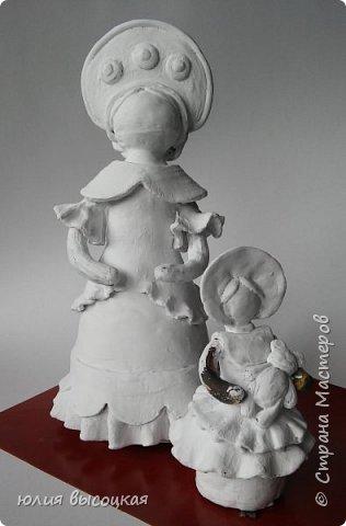 Работаю учителем изобразительного искусства в общеобразовательной школе. Давно вынашивала идею создания  дымковской игрушки, так как на уроках  детям показываю только иллюстрации. Теперь у меня есть вот такая пара- мама и дочка.В будущем планирую создать папу. Наивная на вид игрушка оказалась непроста в исполнении. фото 6