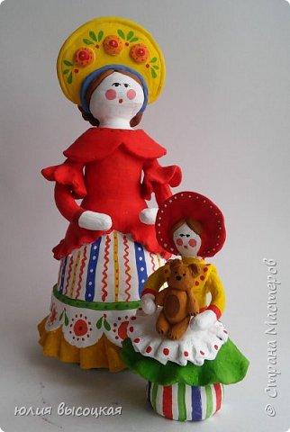 Работаю учителем изобразительного искусства в общеобразовательной школе. Давно вынашивала идею создания  дымковской игрушки, так как на уроках  детям показываю только иллюстрации. Теперь у меня есть вот такая пара- мама и дочка.В будущем планирую создать папу. Наивная на вид игрушка оказалась непроста в исполнении. фото 1
