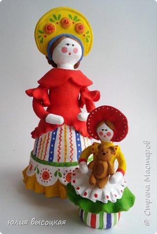 Работаю учителем изобразительного искусства в общеобразовательной школе. Давно вынашивала идею создания  дымковской игрушки, так как на уроках  детям показываю только иллюстрации. Теперь у меня есть вот такая пара- мама и дочка.В будущем планирую создать папу. Наивная на вид игрушка оказалась непроста в исполнении. фото 7