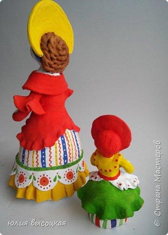 Работаю учителем изобразительного искусства в общеобразовательной школе. Давно вынашивала идею создания  дымковской игрушки, так как на уроках  детям показываю только иллюстрации. Теперь у меня есть вот такая пара- мама и дочка.В будущем планирую создать папу. Наивная на вид игрушка оказалась непроста в исполнении. фото 8