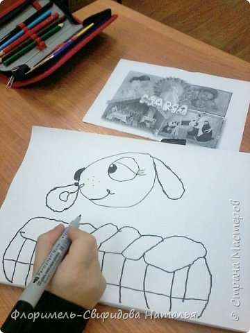 Собачка со щенком играют в корзинке, а из нее сыпятся игрушки. фото 2
