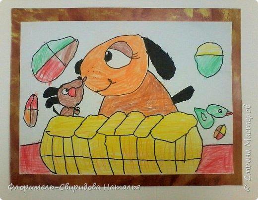Собачка со щенком играют в корзинке, а из нее сыпятся игрушки. фото 1
