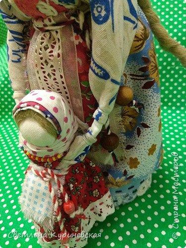 С недавних пор стала увлекаться изготовлением народных кукол. Участвуя в осенней ярмарке изготовила немного куколок. Заглядывалась и на куклу Ведучку, но как-то не сложилось. Зато прочитав о конкурсе, я сразу решила, что это будет именно она – кукла мама и дитя. Так и родилась у меня куколка-Ведучка.          Раньше на Руси её делали в период ожидания лялечки. В неё вкладывали обереговый смысл, а особенность этой куколки - руки матери и ребёнка-одно целое. Дорога жизни начинается с первого шага. И руки мамы поддерживают ребёнка, учат, направляют. Но с нашим первым самостоятельным шагом помощь мамы не заканчивается, мамы ведут и поддерживают нас всю свою жизнь – любят, дают нам мудрые советы, и всегда верят в нас.      В крестьянских семьях кукол берегли. Крестьяне считали, что чем больше кукол, тем больше в семье счастья. Так и пусть в моей семье прибавится счастья, а куколка – Ведучка поможет нам ладить отношения и вести мирную жизнь.  фото 12