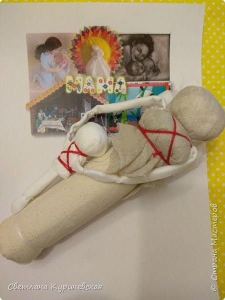 С недавних пор стала увлекаться изготовлением народных кукол. Участвуя в осенней ярмарке изготовила немного куколок. Заглядывалась и на куклу Ведучку, но как-то не сложилось. Зато прочитав о конкурсе, я сразу решила, что это будет именно она – кукла мама и дитя. Так и родилась у меня куколка-Ведучка.          Раньше на Руси её делали в период ожидания лялечки. В неё вкладывали обереговый смысл, а особенность этой куколки - руки матери и ребёнка-одно целое. Дорога жизни начинается с первого шага. И руки мамы поддерживают ребёнка, учат, направляют. Но с нашим первым самостоятельным шагом помощь мамы не заканчивается, мамы ведут и поддерживают нас всю свою жизнь – любят, дают нам мудрые советы, и всегда верят в нас.      В крестьянских семьях кукол берегли. Крестьяне считали, что чем больше кукол, тем больше в семье счастья. Так и пусть в моей семье прибавится счастья, а куколка – Ведучка поможет нам ладить отношения и вести мирную жизнь.  фото 4
