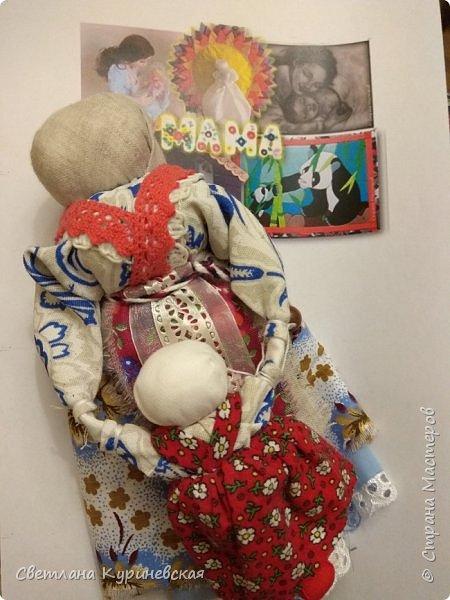 С недавних пор стала увлекаться изготовлением народных кукол. Участвуя в осенней ярмарке изготовила немного куколок. Заглядывалась и на куклу Ведучку, но как-то не сложилось. Зато прочитав о конкурсе, я сразу решила, что это будет именно она – кукла мама и дитя. Так и родилась у меня куколка-Ведучка.          Раньше на Руси её делали в период ожидания лялечки. В неё вкладывали обереговый смысл, а особенность этой куколки - руки матери и ребёнка-одно целое. Дорога жизни начинается с первого шага. И руки мамы поддерживают ребёнка, учат, направляют. Но с нашим первым самостоятельным шагом помощь мамы не заканчивается, мамы ведут и поддерживают нас всю свою жизнь – любят, дают нам мудрые советы, и всегда верят в нас.      В крестьянских семьях кукол берегли. Крестьяне считали, что чем больше кукол, тем больше в семье счастья. Так и пусть в моей семье прибавится счастья, а куколка – Ведучка поможет нам ладить отношения и вести мирную жизнь.  фото 5