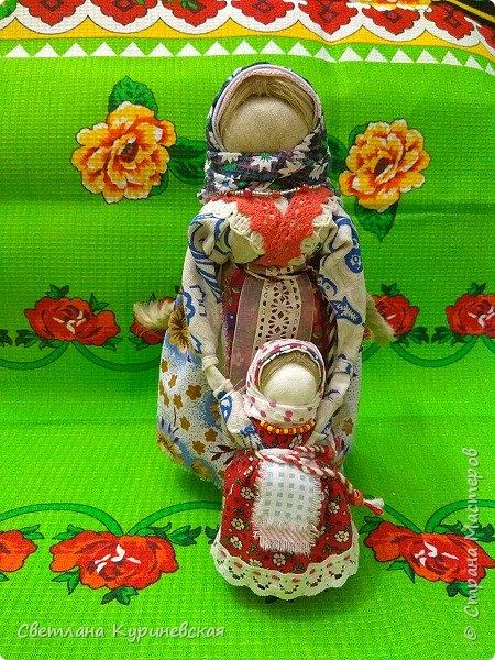 С недавних пор стала увлекаться изготовлением народных кукол. Участвуя в осенней ярмарке изготовила немного куколок. Заглядывалась и на куклу Ведучку, но как-то не сложилось. Зато прочитав о конкурсе, я сразу решила, что это будет именно она – кукла мама и дитя. Так и родилась у меня куколка-Ведучка.          Раньше на Руси её делали в период ожидания лялечки. В неё вкладывали обереговый смысл, а особенность этой куколки - руки матери и ребёнка-одно целое. Дорога жизни начинается с первого шага. И руки мамы поддерживают ребёнка, учат, направляют. Но с нашим первым самостоятельным шагом помощь мамы не заканчивается, мамы ведут и поддерживают нас всю свою жизнь – любят, дают нам мудрые советы, и всегда верят в нас.      В крестьянских семьях кукол берегли. Крестьяне считали, что чем больше кукол, тем больше в семье счастья. Так и пусть в моей семье прибавится счастья, а куколка – Ведучка поможет нам ладить отношения и вести мирную жизнь.  фото 1