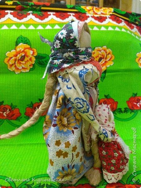 С недавних пор стала увлекаться изготовлением народных кукол. Участвуя в осенней ярмарке изготовила немного куколок. Заглядывалась и на куклу Ведучку, но как-то не сложилось. Зато прочитав о конкурсе, я сразу решила, что это будет именно она – кукла мама и дитя. Так и родилась у меня куколка-Ведучка.          Раньше на Руси её делали в период ожидания лялечки. В неё вкладывали обереговый смысл, а особенность этой куколки - руки матери и ребёнка-одно целое. Дорога жизни начинается с первого шага. И руки мамы поддерживают ребёнка, учат, направляют. Но с нашим первым самостоятельным шагом помощь мамы не заканчивается, мамы ведут и поддерживают нас всю свою жизнь – любят, дают нам мудрые советы, и всегда верят в нас.      В крестьянских семьях кукол берегли. Крестьяне считали, что чем больше кукол, тем больше в семье счастья. Так и пусть в моей семье прибавится счастья, а куколка – Ведучка поможет нам ладить отношения и вести мирную жизнь.  фото 8