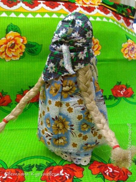 С недавних пор стала увлекаться изготовлением народных кукол. Участвуя в осенней ярмарке изготовила немного куколок. Заглядывалась и на куклу Ведучку, но как-то не сложилось. Зато прочитав о конкурсе, я сразу решила, что это будет именно она – кукла мама и дитя. Так и родилась у меня куколка-Ведучка.          Раньше на Руси её делали в период ожидания лялечки. В неё вкладывали обереговый смысл, а особенность этой куколки - руки матери и ребёнка-одно целое. Дорога жизни начинается с первого шага. И руки мамы поддерживают ребёнка, учат, направляют. Но с нашим первым самостоятельным шагом помощь мамы не заканчивается, мамы ведут и поддерживают нас всю свою жизнь – любят, дают нам мудрые советы, и всегда верят в нас.      В крестьянских семьях кукол берегли. Крестьяне считали, что чем больше кукол, тем больше в семье счастья. Так и пусть в моей семье прибавится счастья, а куколка – Ведучка поможет нам ладить отношения и вести мирную жизнь.  фото 9