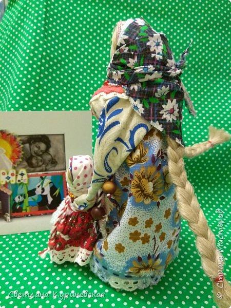 С недавних пор стала увлекаться изготовлением народных кукол. Участвуя в осенней ярмарке изготовила немного куколок. Заглядывалась и на куклу Ведучку, но как-то не сложилось. Зато прочитав о конкурсе, я сразу решила, что это будет именно она – кукла мама и дитя. Так и родилась у меня куколка-Ведучка.          Раньше на Руси её делали в период ожидания лялечки. В неё вкладывали обереговый смысл, а особенность этой куколки - руки матери и ребёнка-одно целое. Дорога жизни начинается с первого шага. И руки мамы поддерживают ребёнка, учат, направляют. Но с нашим первым самостоятельным шагом помощь мамы не заканчивается, мамы ведут и поддерживают нас всю свою жизнь – любят, дают нам мудрые советы, и всегда верят в нас.      В крестьянских семьях кукол берегли. Крестьяне считали, что чем больше кукол, тем больше в семье счастья. Так и пусть в моей семье прибавится счастья, а куколка – Ведучка поможет нам ладить отношения и вести мирную жизнь.  фото 10