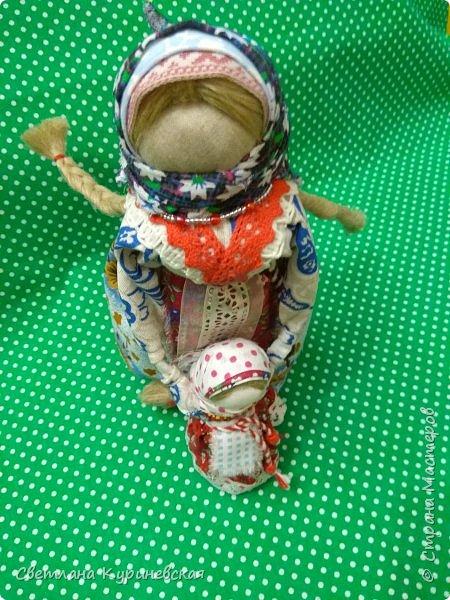 С недавних пор стала увлекаться изготовлением народных кукол. Участвуя в осенней ярмарке изготовила немного куколок. Заглядывалась и на куклу Ведучку, но как-то не сложилось. Зато прочитав о конкурсе, я сразу решила, что это будет именно она – кукла мама и дитя. Так и родилась у меня куколка-Ведучка.          Раньше на Руси её делали в период ожидания лялечки. В неё вкладывали обереговый смысл, а особенность этой куколки - руки матери и ребёнка-одно целое. Дорога жизни начинается с первого шага. И руки мамы поддерживают ребёнка, учат, направляют. Но с нашим первым самостоятельным шагом помощь мамы не заканчивается, мамы ведут и поддерживают нас всю свою жизнь – любят, дают нам мудрые советы, и всегда верят в нас.      В крестьянских семьях кукол берегли. Крестьяне считали, что чем больше кукол, тем больше в семье счастья. Так и пусть в моей семье прибавится счастья, а куколка – Ведучка поможет нам ладить отношения и вести мирную жизнь.  фото 11