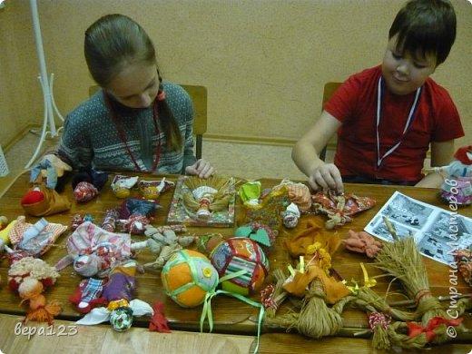 Кукла-оберег  испокон веков считается , нянечкой для новорожденных. Символ любви матери-прародительницы Рода к последующим поколениям. Моя мама родилась в 1925 году в Кировской области. где широко распространено изготовление народной игрушки и поэтому я всегда имела большое количество кукол и люблю их делать сама с теми детьми , которые приходят ко мне на занятия. фото 3