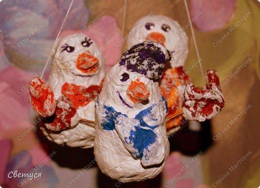 Зима замечательное время года. Можно всей семьей кататься на санках, коньках, лыжах. А ещё всем вместе играть в снежки и, конечно, лепить снеговиков. Но ведь у каждого должна быть своя семья, и у снеговиков тоже.Одному снеговичку будет грустно, вот поэтому мы с Катей решили сделать целую семейку снеговиков. фото 1