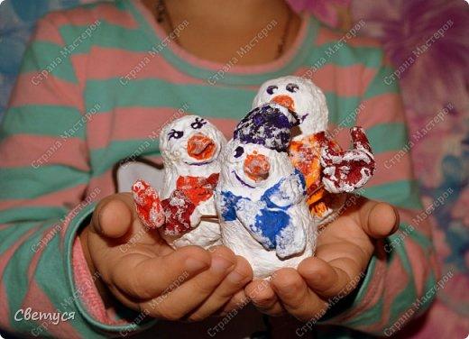 Зима замечательное время года. Можно всей семьей кататься на санках, коньках, лыжах. А ещё всем вместе играть в снежки и, конечно, лепить снеговиков. Но ведь у каждого должна быть своя семья, и у снеговиков тоже.Одному снеговичку будет грустно, вот поэтому мы с Катей решили сделать целую семейку снеговиков. фото 10