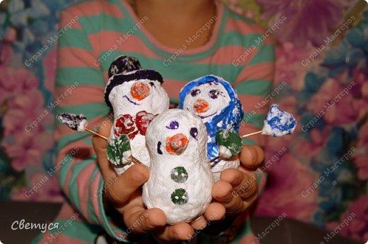 Зима замечательное время года. Можно всей семьей кататься на санках, коньках, лыжах. А ещё всем вместе играть в снежки и, конечно, лепить снеговиков. Но ведь у каждого должна быть своя семья, и у снеговиков тоже.Одному снеговичку будет грустно, вот поэтому мы с Катей решили сделать целую семейку снеговиков. фото 12