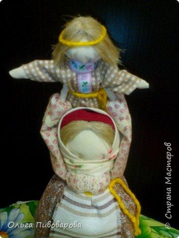 """Здравствуйте, дорогие Мастера! Представляю  куклу по мотивам народных кукол. Мать, на своих руках, высоко поднимает еще не окрепшего сына, показывая ему окружающий мир и как бы давая  ему своеобразный жизненный старт. """"Смотри, сынок какой красивый мир тебя окружает! Люби и береги его. Живи достойно и мудро, малыш,с  окружающей тебя природой.  фото 9"""
