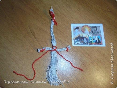 """Древняя славянская кукла изготавливалась из грубых льняных ниток или льняной кудели. Ее использовали для излечения больных. Куклу клали в постель к заболевшему человеку (можно под подушку) и кукла впитывала в себя плохие энергии болезни. После выздоровления человека куколку благодарили за ее работу и сжигали. Целительная кукла """"Здоровье"""" делается только из льняных ниток, так как считается, что лён своими природными свойствами очень экологичен и, забирая болезнь на себя, помогает человеку поправиться. Эта кукла ничем не украшается и не терпит суеты, а напротив, делать её надо, стараясь максимально пребывать в состоянии благости, сконцентрировавшись помыслами о больном человеке, для которого это делается. Можно зажечь свечу и читать молитвы или заговоры. Захворавшему ребёнку кукла кладётся в кроватку, он может с ней играться, а как только хворь уйдёт, кукла сжигается. Заплетая косу у куклы надо приговаривать: """"На здоровье, на здоровье"""". По окончании изготовления и при передаче больному повторять: """"На здоровье"""". Есть варианты, когда коса делается длинней раза в два.  Главное, что коса должна быть не обрезана, а сходить на нет, заканчиваться """"мышиным хвостиком"""". От макушки до пят - такая, чтобы ложилась в ладошку. А коса в два раза длиннее туловища Вариант работы с куклой. Обряд, который с ней проводят: сначала гладят по льняной косе, приговаривая """"на здоровье, на здоровье"""", а потом начинают дразнить и выманивать дух болезни, чтобы он заигрался и вошёл в куколку, а из больного, соответственно, ушёл. Пусть ребенок поносит её с собой, поиграет, как умеет. Можно с ним и поговорить, спросить, можно ли забрать куклу, надоела ли. Да и кукла должна трансформироваться (потерять форму, сваляться, станет неопрятной). Взрослому легче, каждый сам поймет, когда кукла своё отработала.  фото 9"""