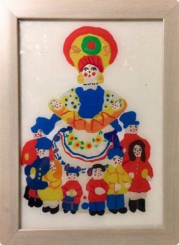 Хочу представить вам свою работу Дымковская мама с детками, выполненную в технике обратной аппликации из пластилина. фото 1