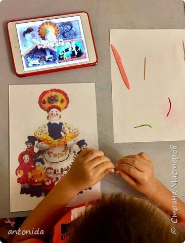 Хочу представить вам свою работу Дымковская мама с детками, выполненную в технике обратной аппликации из пластилина. фото 2