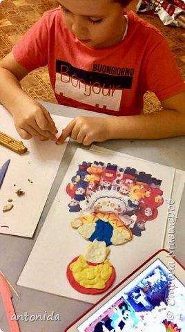 Хочу представить вам свою работу Дымковская мама с детками, выполненную в технике обратной аппликации из пластилина. фото 3
