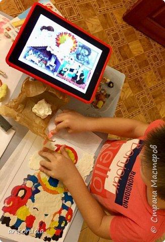 Хочу представить вам свою работу Дымковская мама с детками, выполненную в технике обратной аппликации из пластилина. фото 4