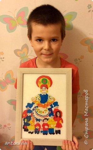 Хочу представить вам свою работу Дымковская мама с детками, выполненную в технике обратной аппликации из пластилина. фото 5