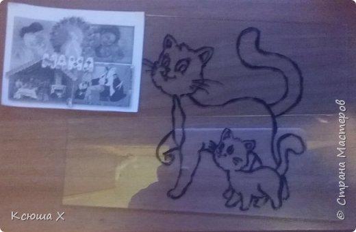 Я очень люблю кошек. Они такие славные и милые. У меня дома живут 3 кошки, я забочусь о них. Когда летом у кошек появляются котятки, я очень люблю наблюдать за ними. Кошка очень заботливая мама, она вылизывает котят язычком и даже разрешает поиграть со своим хвостиком, поэтому я решила сделать работу с кошками фото 2