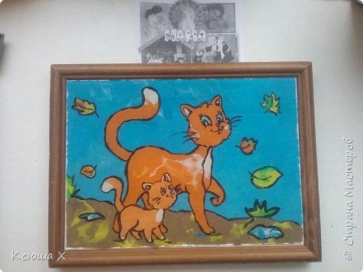 Я очень люблю кошек. Они такие славные и милые. У меня дома живут 3 кошки, я забочусь о них. Когда летом у кошек появляются котятки, я очень люблю наблюдать за ними. Кошка очень заботливая мама, она вылизывает котят язычком и даже разрешает поиграть со своим хвостиком, поэтому я решила сделать работу с кошками фото 5
