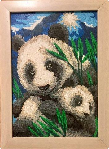 Знакомьтесь, мама панда и её дочка - гости из далекого Китая, заглянули к нам на праздник! Работа выполнена в технике обратной аппликации из пластилиновых горошинок. фото 1