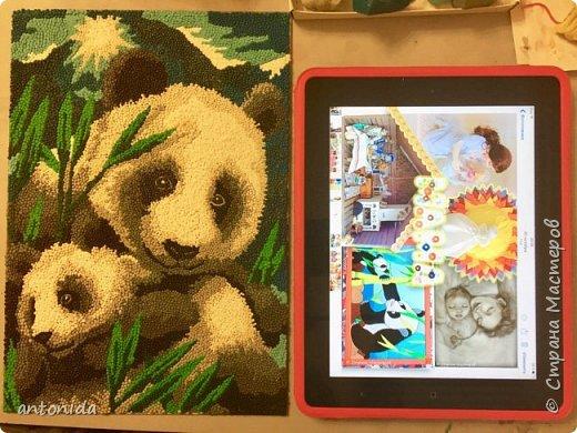 Знакомьтесь, мама панда и её дочка - гости из далекого Китая, заглянули к нам на праздник! Работа выполнена в технике обратной аппликации из пластилиновых горошинок. фото 5