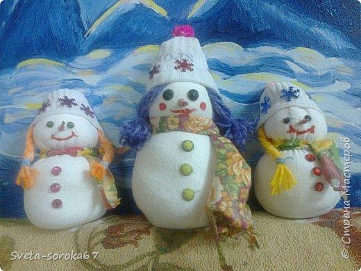 Снежная мама со  своими снежными  дочками  гуляет    у  подножия  снежных  гор.  А снежный  папа,  наверное,   на работе.  фото 1
