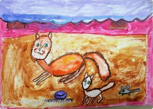 Первые шаги маленького котёнка.Он наигрался игрушечной мышкой. Мама-кошка учила играть с мышкой и ловить фото 1
