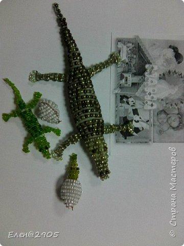 """Мне нравится делать фигурки животных из бисера. Крокодилы-самые древние жители нашей планеты. Они сохранили привязанность к жаркому климату и жизни в воде. Крокодилы - хорошие родители. Они охраняют кладку яиц и помогают новорожденным малышам. Длина маленького крокодильчика 20-30 см. Живут крокодилы до 100 лет. """"Малявки"""" становятся взрослыми через 10-15 лет. фото 6"""