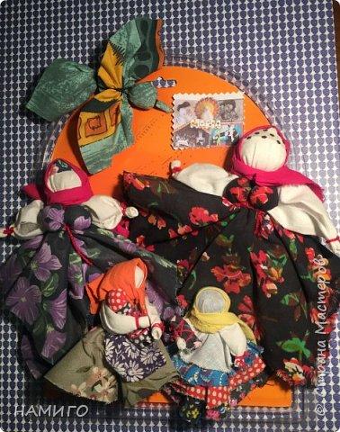 Замечательная техника - изготовление тряпичных кукол. Используя, только ткань и нитки, можно создать всевозможные образы и сюжеты. На нашем панно - поколение мам, если можно так сказать. Внучки с куклами на руках (будущие мамы), мама и бабушка. фото 7
