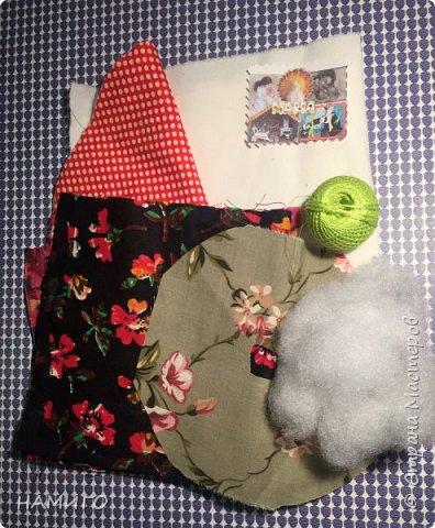 Замечательная техника - изготовление тряпичных кукол. Используя, только ткань и нитки, можно создать всевозможные образы и сюжеты. На нашем панно - поколение мам, если можно так сказать. Внучки с куклами на руках (будущие мамы), мама и бабушка. фото 2