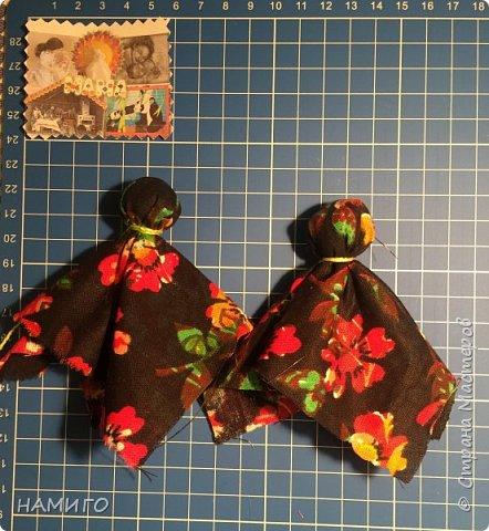 Замечательная техника - изготовление тряпичных кукол. Используя, только ткань и нитки, можно создать всевозможные образы и сюжеты. На нашем панно - поколение мам, если можно так сказать. Внучки с куклами на руках (будущие мамы), мама и бабушка. фото 4