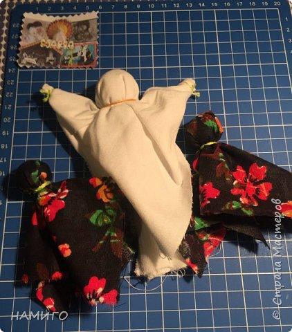 Замечательная техника - изготовление тряпичных кукол. Используя, только ткань и нитки, можно создать всевозможные образы и сюжеты. На нашем панно - поколение мам, если можно так сказать. Внучки с куклами на руках (будущие мамы), мама и бабушка. фото 5