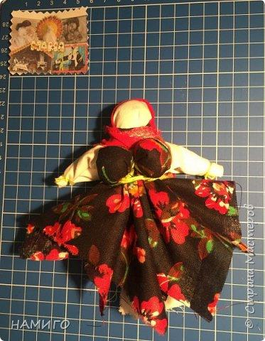 Замечательная техника - изготовление тряпичных кукол. Используя, только ткань и нитки, можно создать всевозможные образы и сюжеты. На нашем панно - поколение мам, если можно так сказать. Внучки с куклами на руках (будущие мамы), мама и бабушка. фото 6