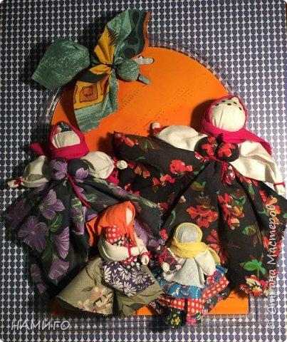 Замечательная техника - изготовление тряпичных кукол. Используя, только ткань и нитки, можно создать всевозможные образы и сюжеты. На нашем панно - поколение мам, если можно так сказать. Внучки с куклами на руках (будущие мамы), мама и бабушка. фото 1