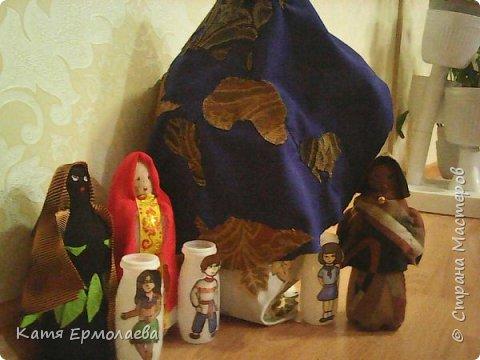 Материнская основа лежит в начале всего живого. Я изобразила Мать Землю.Распахнув свои объятия, она укрывает все человечество от невзгод. Куклы чуть меньше размером - это образы матерей трех рас(монголоидная, европеоидная и негроидная), каждая из которых имеет своих детей. фото 9