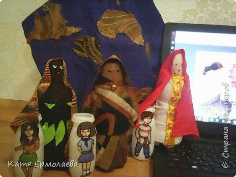 Материнская основа лежит в начале всего живого. Я изобразила Мать Землю.Распахнув свои объятия, она укрывает все человечество от невзгод. Куклы чуть меньше размером - это образы матерей трех рас(монголоидная, европеоидная и негроидная), каждая из которых имеет своих детей. фото 10