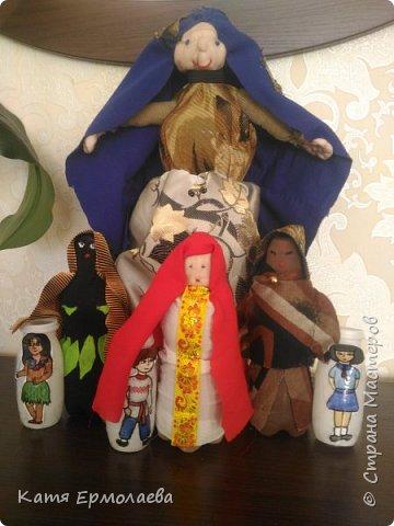 Материнская основа лежит в начале всего живого. Я изобразила Мать Землю.Распахнув свои объятия, она укрывает все человечество от невзгод. Куклы чуть меньше размером - это образы матерей трех рас(монголоидная, европеоидная и негроидная), каждая из которых имеет своих детей. фото 1
