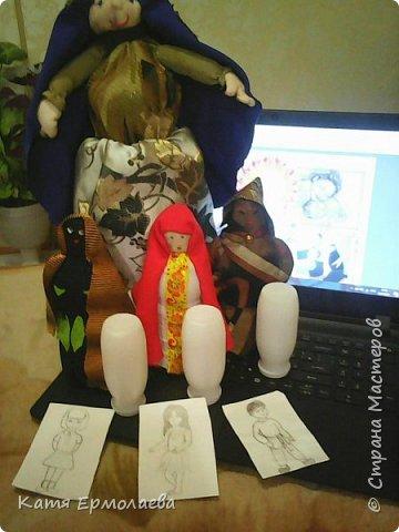 Материнская основа лежит в начале всего живого. Я изобразила Мать Землю.Распахнув свои объятия, она укрывает все человечество от невзгод. Куклы чуть меньше размером - это образы матерей трех рас(монголоидная, европеоидная и негроидная), каждая из которых имеет своих детей. фото 8
