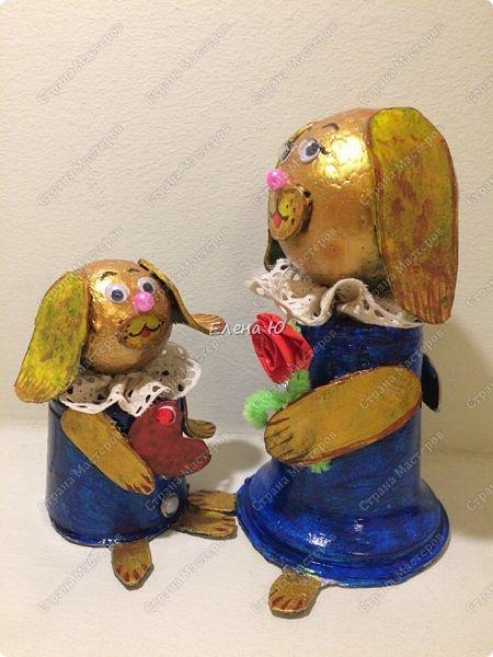 Желтая маленькая собачка поздравляет маму с Днем Матери. Она приготовила ей в подарок сердечко в знак большой любви и, конечно, цветок:)) Универсальный сувенир, который подойдет и к этому празднику, и к Новому году, и к Международному женскому дню и ко Дню Святого Валентина:))) фото 2