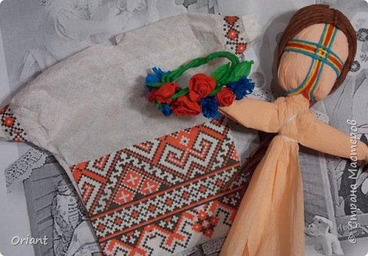 Испокон веков женщина в Украине ассоциируется с Берегиней семьи - именно она воспитывает детей, учит их любить родную землю, язык, песни, сказки, традиции... С детства и через всю жизнь несем мы в своей душе единственный и неповторимый образ - образ мамы, мамочки, которая поймет, простит, приласкает, прижмет к сердцу и будет самозабвенно любить несмотря ни на что. В Украине День Матери отмечают не в ноябре, а во второе воскресенье мая. Этот месяц считается месяцем Пречистой Девы Марии. Ведь именно к Божьей Матери обращаются христиане, прося заступничества и помощи, а матери просят её помочь своим детям. В мае, когда Природа-Мать провожает свою Дочь-Землю в пышном наряде весенних цветов в дорогу жизни, люди выражают благодарность материнскому самопожертвованию, материнской любви.  Современная украинская мама и  дети, конечно, выглядят не так. Хотя сейчас очень популярны и вышиванка, и веночек. Но своих детей мамы любят так же крепко, как и сто, и двести лет назад. Как и все мамы мира! фото 13