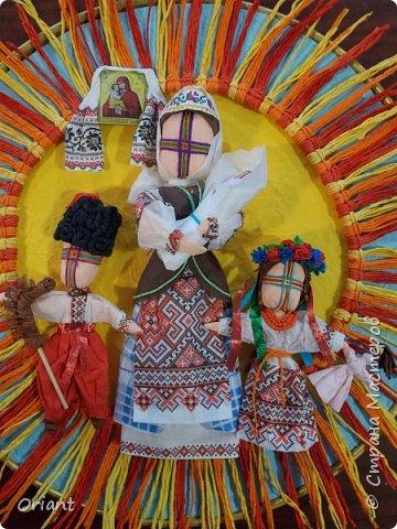 Испокон веков женщина в Украине ассоциируется с Берегиней семьи - именно она воспитывает детей, учит их любить родную землю, язык, песни, сказки, традиции... С детства и через всю жизнь несем мы в своей душе единственный и неповторимый образ - образ мамы, мамочки, которая поймет, простит, приласкает, прижмет к сердцу и будет самозабвенно любить несмотря ни на что. В Украине День Матери отмечают не в ноябре, а во второе воскресенье мая. Этот месяц считается месяцем Пречистой Девы Марии. Ведь именно к Божьей Матери обращаются христиане, прося заступничества и помощи, а матери просят её помочь своим детям. В мае, когда Природа-Мать провожает свою Дочь-Землю в пышном наряде весенних цветов в дорогу жизни, люди выражают благодарность материнскому самопожертвованию, материнской любви.  Современная украинская мама и  дети, конечно, выглядят не так. Хотя сейчас очень популярны и вышиванка, и веночек. Но своих детей мамы любят так же крепко, как и сто, и двести лет назад. Как и все мамы мира! фото 1