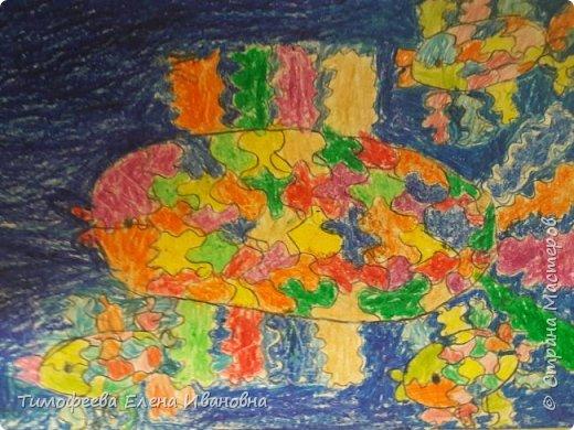 Радужные рыбки в синем море. фото 1